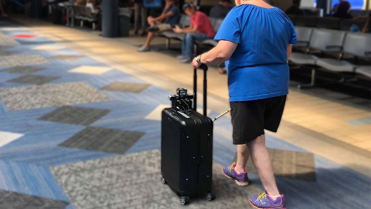 """""""Умный"""" чемодан помогает невидящим людям ориентироваться в аэропорту"""