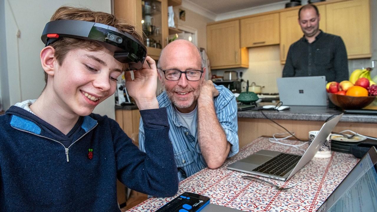 Microsoft HoloLens помогает слабовидящим детям ориентироваться в социальной среде