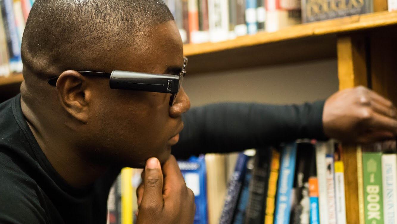 Слабовидящий студент получил независимость с помощью новейшей технологии искусственного зрения